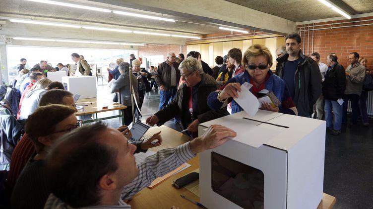 Des Barcelonais votent symboliquement sur l'indépendance de la Catalogne (Espagne), le 9 novembre 2014. (GUSTAU NACARINO / REUTERS)