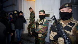 Desmilitaires postés devant le cabinet du Premier ministre belge à Bruxelles (Belgique), le 22 novembre 2015. (NICOLAS MAETERLINCK / BELGA MAG / AFP)