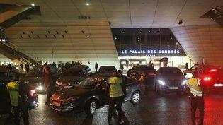 Des chauffeurs de VTC manifestent devant le Palais des Congrès de Paris, porte Maillot, le 11 février 2016. (MATTHIEU ALEXANDRE / AFP)