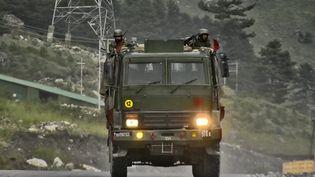 Un convoi militaire indien sur la route du district deLadakh, au Tibet occidentaldans la région de l'Himalaya, le 1er septembre 2020. (MUZAMIL MATTOO / NURPHOTO / AFP)