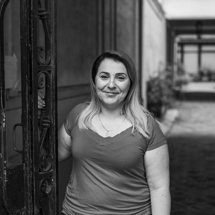 Natalia, gardienne d'immeuble du quartier Oberkampf. Le soir du 13-Novembre, elle fait partie de ceux qui ont ouvert leurs portes aux victimes des attaques. Elle est photographiée par David Fritz-Goeppinger, otage au Bataclan. (DAVID FRITZ-GOEPPINGER POUR FRANCEINFO)