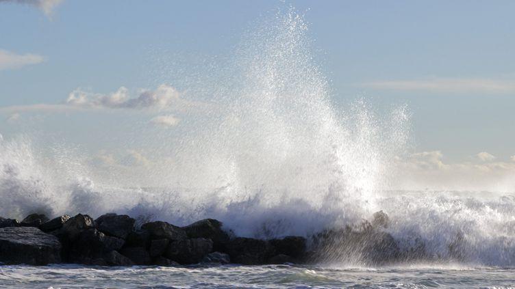 Lors d'un précédent épisode de houle sur le littoral de l'Hérault, le 28 décembre 2020. (JEAN-MARC LALLEMAND / MAXPPP)