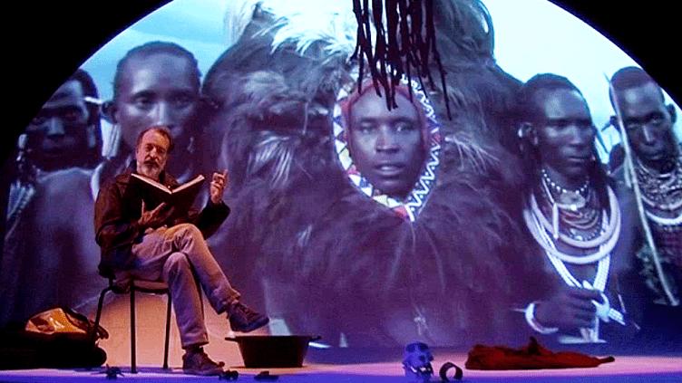L'ethnologue Philippe Geslin, seul en scène avec ses carnets de voyage et ses photos.  (France 3 Culturebox)