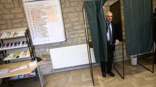 Charles Demouge, candidat UMP à l'élection législative partielle dans la 4e circonscription du Doubs, dans un bureau de vote de Fesches-le-Châtel, le 1er février 2015. (MAXPPP)