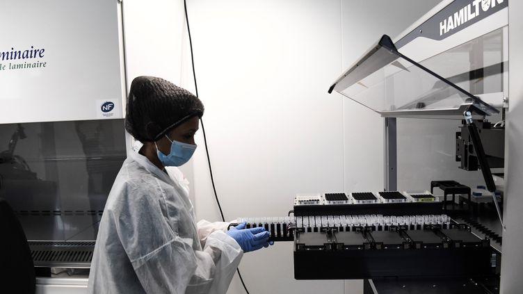 Unelaborantinemanipule des testsde dépistage du coronavirus Covid-19dans le service d'analyses de l'hôpital Broussaisà Paris, le 11 mai 2020. (ALAIN JOCARD / AFP)