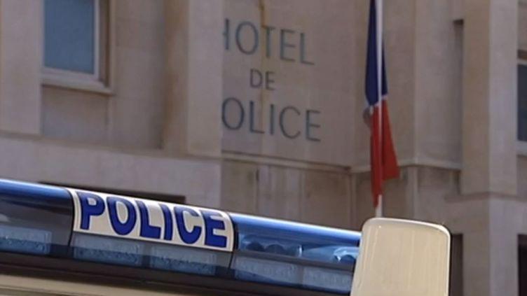 Une voiture de police garée devant un commissariat. (FRANCE 3 / FRANCETV INFO)