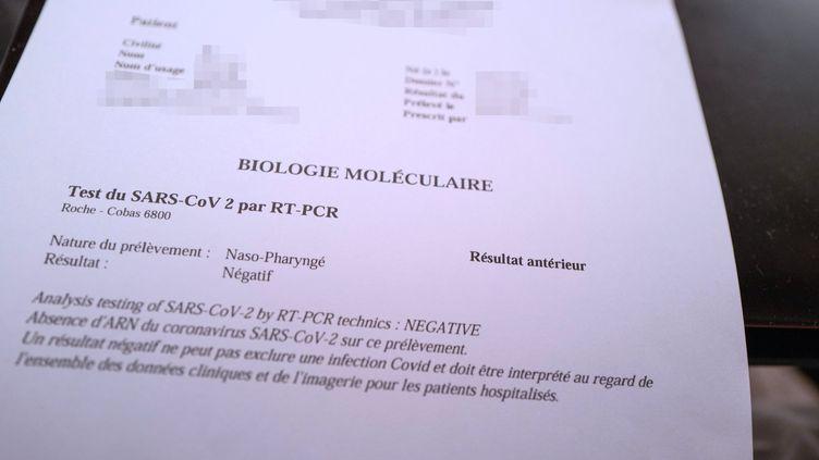 Ces documents attestant d'un résultat négatif à un test PCR sont facilement falsifiables par des faussaires, qui vendent à des touristes venus de l'étranger ces précieux sésames pour entrer sur le territoire français. (ROLAND MACRI / MAXPPP)