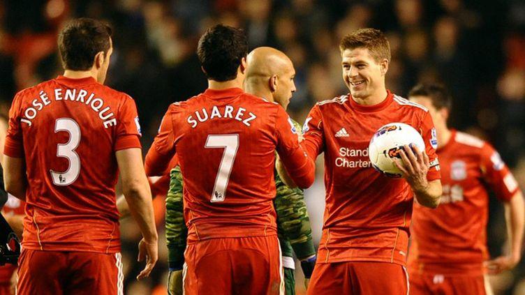 Steven Gerrard félicite Luis Suarez (PAUL ELLIS / AFP)