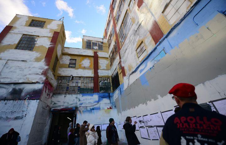 """A l'intérieur du site """"5Pointz"""", l'immeuble recouvert d'une couche de peinture blanche.  (EMMANUEL DUNAND / AFP)"""