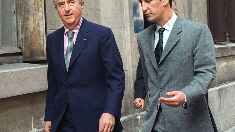 Edouard Balladur, alors Premier ministre, et son directeur de campagne de l'époque, Nicolas Bazire, le 20 juillet 1994 à Paris. (GERARD FOUET / AFP)