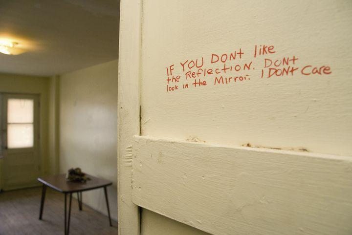 """""""Si vous n'aimez pas votre reflet dans le miroir, ne le regardez pas. Je n'en ai rien à faire"""". Intérieur de l'appartement de Luka Magnotta, à Montréal (Canada), le 31 mai 2012. (ROBERT J. GALBRAITH / REUTERS)"""