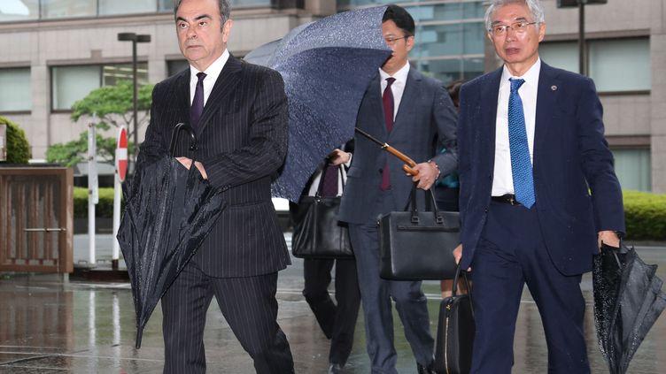 Carlos Ghosn se rend à son audience au tribunal de Tokyo (Japon), le 24 juin 2019. (MASAHIRO SUGIMOTO / YOMIURI / AFP)
