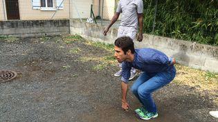 Hijratullah, un Afghan de 22 ans, joue à la pétanque avec ses amis soudanais, à Naintré (Vienne). (JULIE RASPLUS / FRANCEINFO)