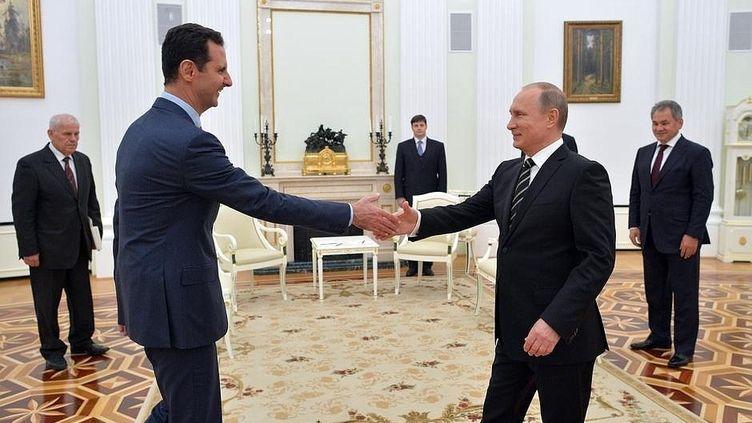 Le président syrien, Bachar Al-Assad (G), et son homologue russe, Vladimir Poutine, à Moscou (Russie), le 21 octobre 2015. (POOL/KREMLIN PRESS OFFICE / ANADOLU AGENCY / AFP)