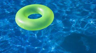 Une piscine gonflable a été installée par des squatteurs dans un appartement vacant d'une HLM dans la cité des provinces à Laxou (Meurthe-et-Moselle), le 13 juin 2014. (CHRIS CHEADLE / ALL CANADA PHOTOS / GETTY IMAGES)
