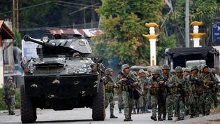 Les soldats philippins avancent dans les rues deMarawi, sur l'île de Mindanao, dans le sud du pays. (ERIK DE CASTRO / REUTERS)