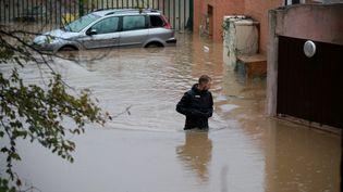 Un habitant du Muy, une commune du Var inondée pour la troisième fois en moins de dix ans, le 24 novembre 2019. (PHILIPE ARNASSAN / MAXPPP)