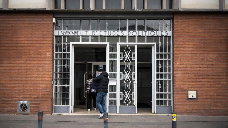Des étudiants entrent à l'Institut d'études politiques de Toulouse (Haute-Garonne), le 9 février 2021. (LIONEL BONAVENTURE / AFP)