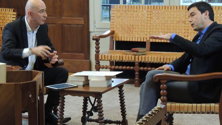 Le journaliste François Lenglet (à gauche) et l'économiste Thomas Piketty, à Paris, en janvier 2015. ( CAPTURE ECRAN FRANCE 2)