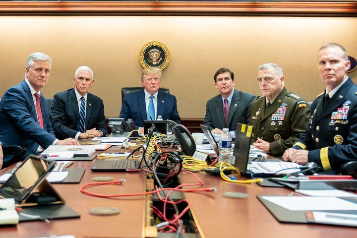 Mike Pence (2e à gauche) et Donald Trump assistent à l'opération des forces spécialescontre Abou Bakr Al-Baghdadi, le 26 octobre 2019,depuis Washington (Etats-Unis). (SHEALAH CRAIGHEAD / CONSOLIDATED NEWS PHOTOS / AFP)