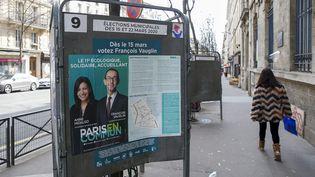 Une affiche électorale pour la réélection d'Anne Hidalgo (PS) à Paris, le 6 mars 2020. (MAXPPP)