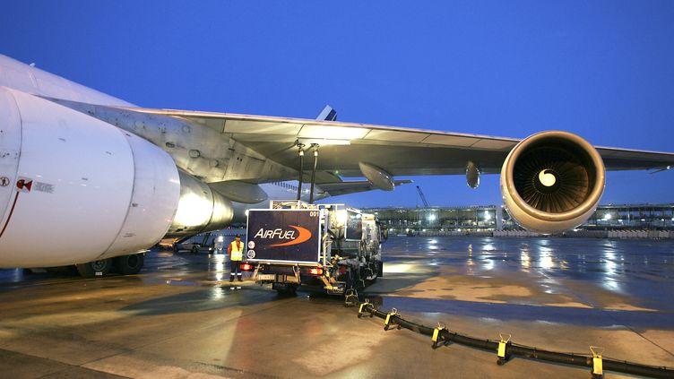 Un avion d'Air France est en train d'être ravitaillé en kérosène sur l'aéroport de Roissy (Val d'Oise). (JACK GUEZ / AFP)