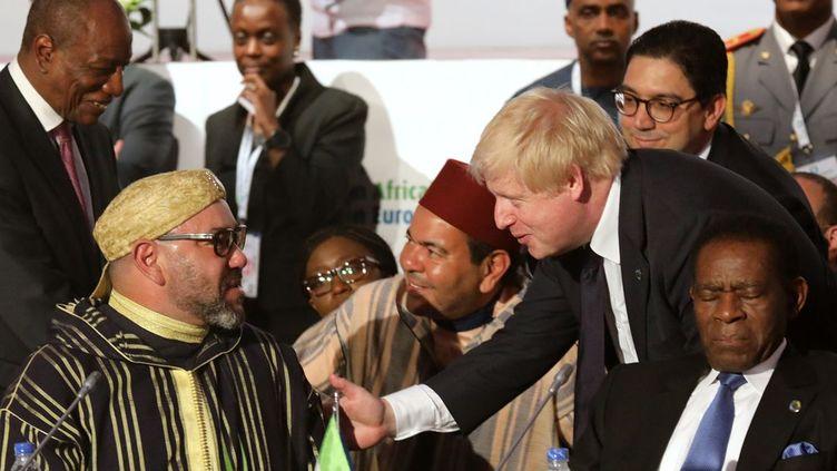 Le ministre britannique des Affaires étrangères Boris Johnson, en conversation avec le roi du Maroc Mohamed VI, au Sommet UE-Afrique d'Abidjan, le 29 novembre 2017. (LUDOVIC MARIN / POOL / AFP)