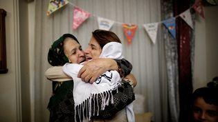 L'avocate des droits de l'homme Nasrin Sotoudeh (à droite), prend sa belle-mère dans ses bras après sa libération, le 18 septembre 2013 à Téhéran (Iran). (BEHROUZ MEHRI / AFP)