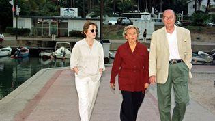 Le président Jacques Chirac se promène en compagnie de sa fille Claude et de son épouse Bernadette, le 3 août 1997 à Saint-Gilles-les-Bains, sur l'île de la Réunion. (RICHARD BOUHET / AFP)