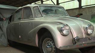 Mercredi 5 février s'ouvre Rétromobile, un salon où sont exposées les plus belles voitures de collection. En marge de l'événement, un homme sillonne le monde à la recherche des voitures les plus étonnantes. (FRANCE 3)