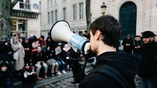 Des étudiants tiennent une assemblée générale après un blocus à l'université Paris 1 Panthéon-Sorbonne, visant à protester contre le maintien des partiels pendant les grèves contre la réforme des retraites, le 6 janvier 2020 à Paris. (BENOIT DURAND / HANS LUCAS / AFP)