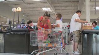 Un supermarché dans l'Oise se transforme tous les mardis après-midi. Moins de bruit et lumière tamisée dans ce magasin pour permettre à ceux qui en ont besoin de faire leurs courses dans le calme. L'enseigne cherche notamment à s'adapter aux personnes autistes ou en situation de handicap. (FRANCE 2)