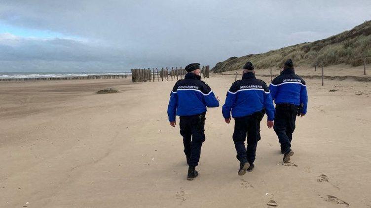 Des gendarmes patrouillent sur la plage et dans les dunes de la Côte d'Opale (illustration). (EMMANUEL BOUIN / FRANCE-BLEU NORD)