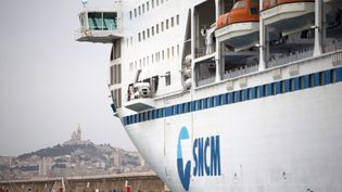 Un bateau de la Société nationale Corse Méditerranée (SNCM) à quai à Marseille le 4 juillet 2014. (BERTRAND LANGLOIS / AFP)