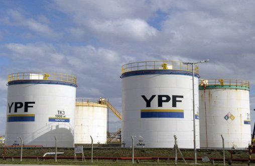 Unités de stockage de la compagnie pétrolière d'Etat YPF à Rio Gallegos, en Argentine, le 23 octobre 2011. (AFP/Juan Mabromata)