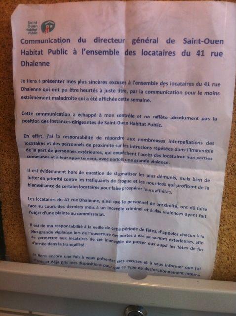 (Une affiche présentant les excuses de l'office HLM a été posée dans certains halls © RF/ Grégoire Lecalot)