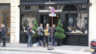 Des enquêteurs devant la bijouterie de la rue de la Paix, à Paris, le 4 octobre 2013. (CITIZENSIDE / AFP)