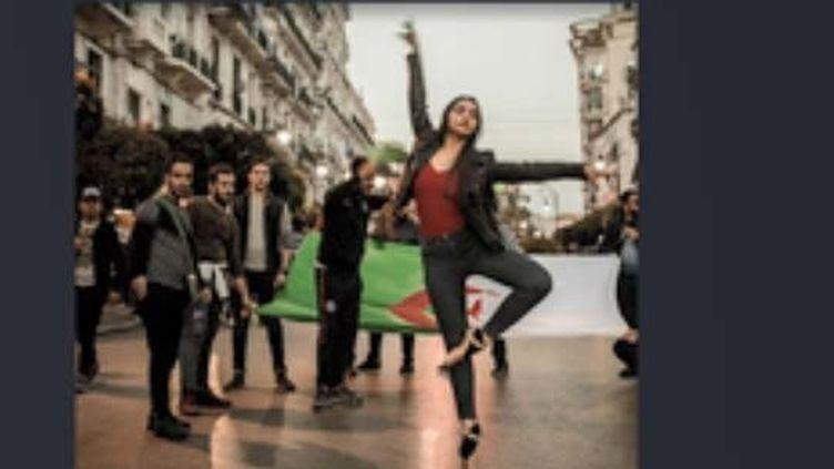 Cette jeune danseuse sur ses pointes au milieu de manifestants est devenue un symbole des marches pacifiques en Algérie. (FRANCEINFO)