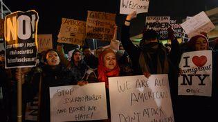 Des manifestants se regroupent devant l'aéroport John F. Kennedy, à New York, le 28 janvier 2017, contre le décret anti-immigration signé par Donald Trump la veille. (STEPHANIE KEITH / GETTY IMAGES NORTH AMERICA / AFP)