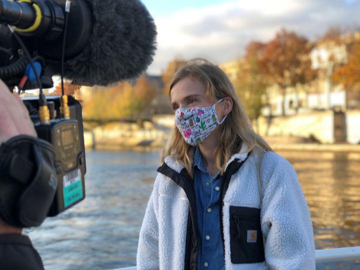 La comédienne et écrivaine Isabelle Carré sur un bateau sur la Seine le 12 novembre lors d'une opération en défense des librairies. (RAFAEL ASENCIO/FRANCEINFO CULTURE)
