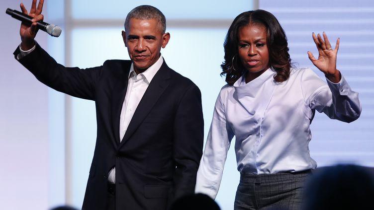 Barack Obama et son épouse Michelle, le 31 octobre 2017 à Chicago. (JIM YOUNG / AFP)