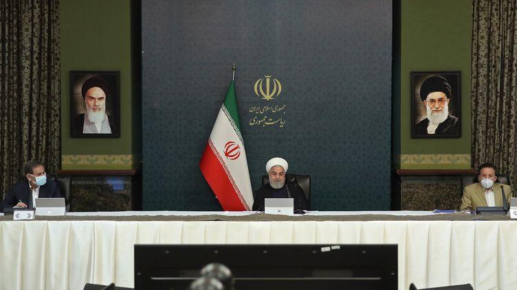 Le président iranien Hassan Rouhani aux côtésdu vice-présidentEshaq Jahangiri, le 25 mars 2020 à Teheran (Iran). (- / IRANIAN PRESIDENCY)