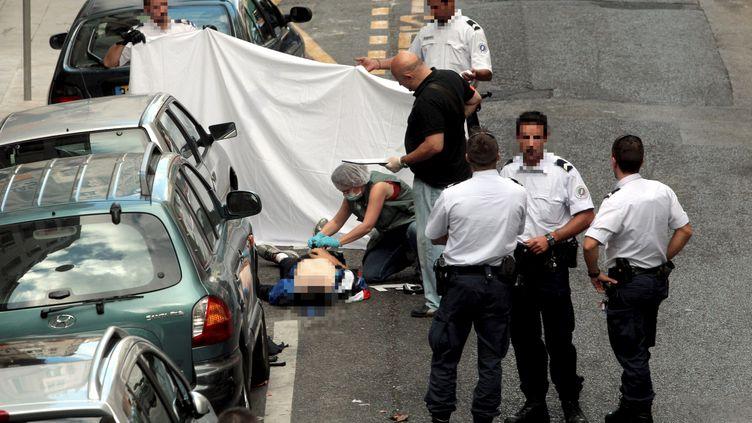 Des policiers enquêtent à Nice (Alpes-Maritimes), le 11 septembre 2013, après la mort d'un braqueur tué par un bijoutier. (MAXPPP)