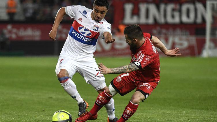 Rafael (Lyon) contre Frédéric Sammaritano (Dijon). (PHILIPPE DESMAZES / AFP)