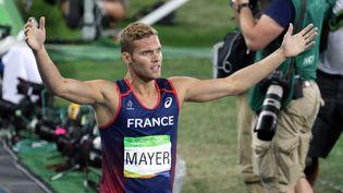 Le Français Kevin Mayer lève les bras après avoir remporté l'argent au décathlon aux Jeux Olympiques de Rio, le 18 août 2016. (EDDY LEMAISTRE / 2PIX-EL : afp)