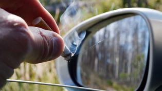 Une habitante de Royan (Charente-Maritime) a écopé, en février 2019, d'une amende de 135 euros pour avoir fumé dans l'habitacle de sa voiture en présence de son fils mineur. (FRANK MAY / PICTURE ALLIANCE / AFP)