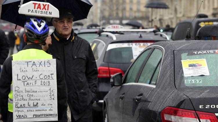 Un chauffeur de taxi manifeste à Paris, le 10 janvier 2014. (KENZO TRIBOUILLARD / AFP)