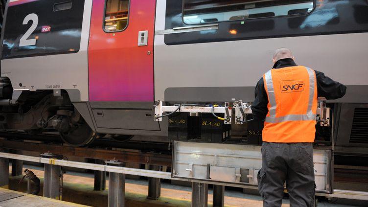 Un salarié travaille au service maintenance de la SNCFà Pantin (Seine-Saint-Denis), le 11 octobre 2013. (ERIC PIERMONT / AFP)