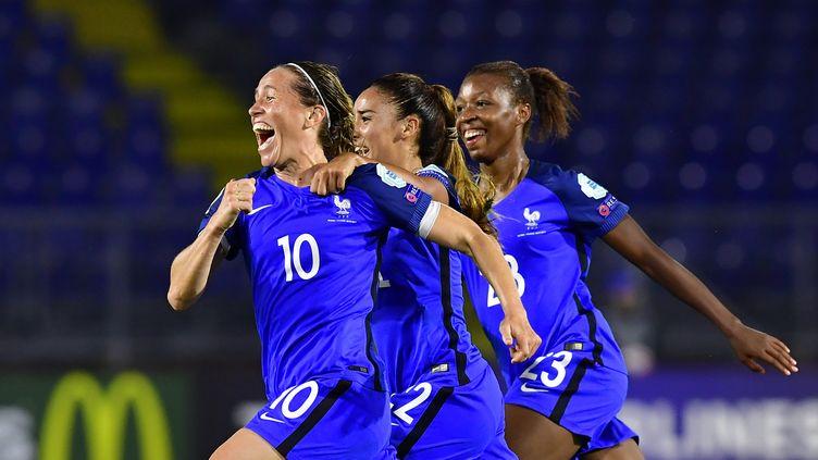 La joie des Françaises après l'égalisation. (TOBIAS SCHWARZ / AFP)