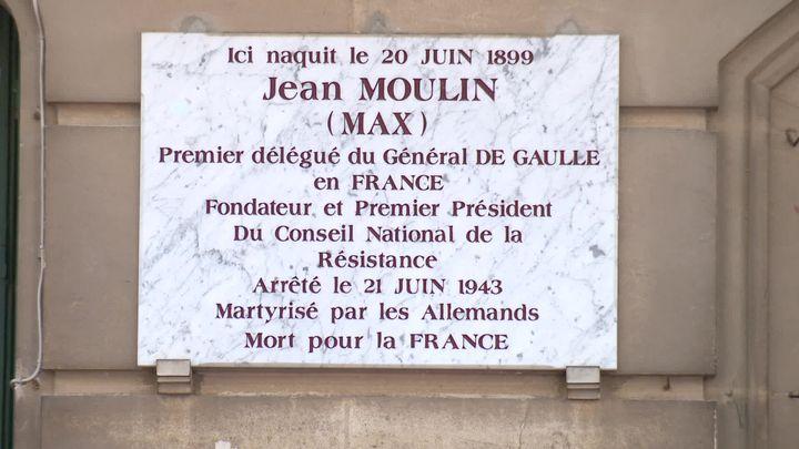 Plaque commémorative posée sur la façade du 6 rue d'Alsace à Béziers, maison natale de Jean Moulin (France 3 Occitanie)